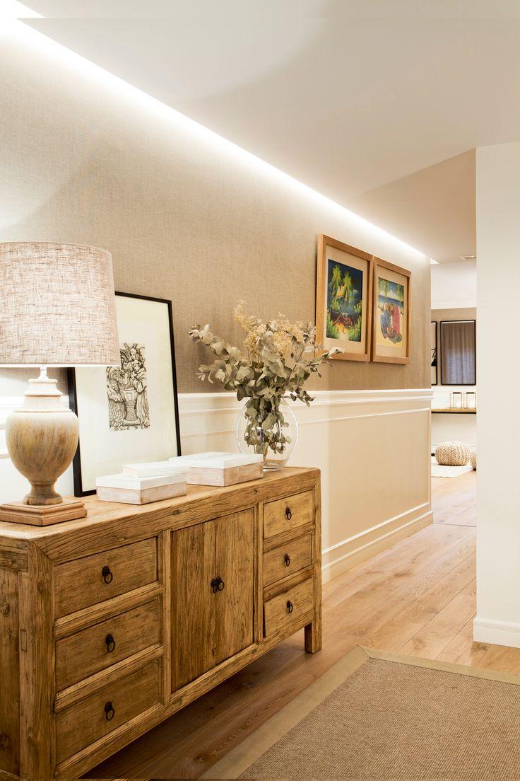 Recibidor con cómoda de madera, lámpara  cuadro, zócalo de madera y pared empapelada (390683)