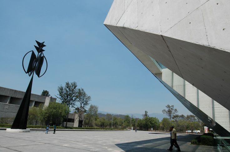 Es la edificación que recibe al visitante procedente de la avenida de los Insurgentes. Fotografía por: Barry Domínguez.