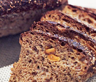 Robust matbröd bakat av rågkross fyllt med torkade fikon, aprikoser och russin. Toppa ditt bröd med solrosfrön. Detta bröd passar utmärkt att servera till middagen eller att äta som ett mättande mellanmål.