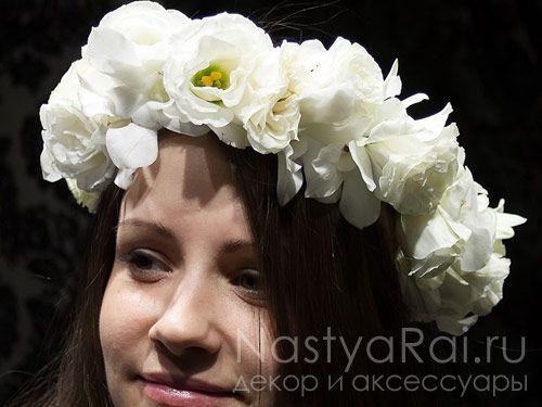 Белый венок из живых цветов. Фото 001.