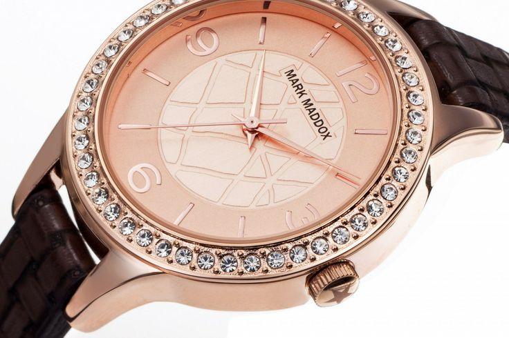 Cambia ese viejo reloj y únete al estilo Mark Maddox con este hermoso modelo. Reloj de  tres agujas. Caja en IP Rose, esfera IP Rose, bisel con piedras y correa marrón. Impermeable 30 metros (3 ATM).