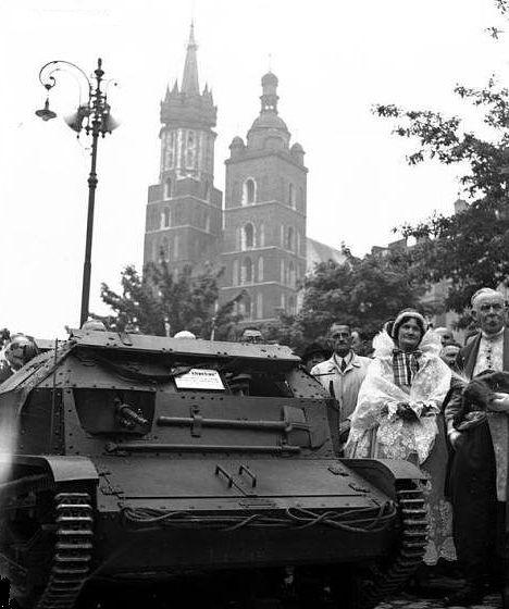 """5 Batalion Pancerny. Uroczystość tankietki o wdzięcznej nazwie """"Rzemieślnik"""" przekazanej batalionowi w maju 1939 roku na krakowskim rynku."""