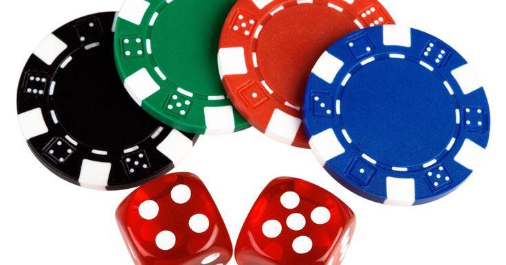Cómo jugar  Pokeno. El pokeno es una combinación del póquer y el bingo que se juega como el bingo. En lugar de jugar con una tarjeta normal de bingo todos utilizan una tarjeta de pokeno, que tiene los nombres de los naipes y trajes en ésta. Mientras se dicen los nombres de los naipes, los jugadores cubren las tarjetas con sus fichas de póquer hasta que uno gana el ...