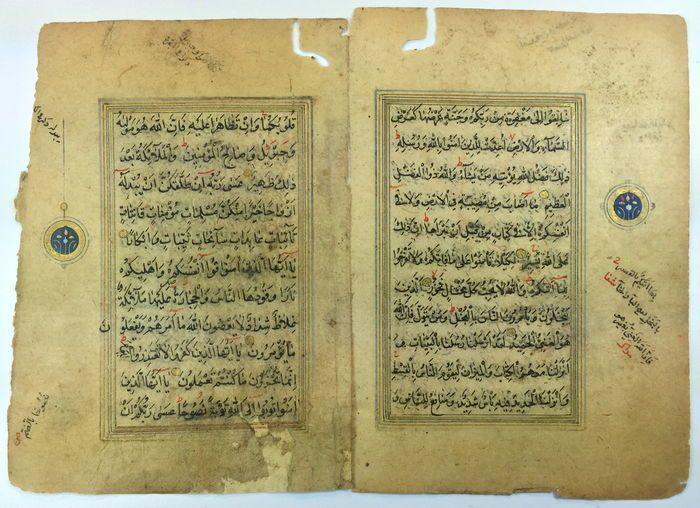 Drie typische Mamelukken handschriften - medaillons verlicht voordat 1516 AD  Oude manuscripten van Quran die behoren tot de leeftijd van de Mamelukken.Zoals alle handschriften van die tijd zijn ze niet gedateerd (vóór het jaar 1516 AD).Het schildert de verzen van surah Al-Hadid (ijzer).Drie goud verlicht pagina's (frames en volledige stoppen) drie prachtige gouden verlichte medaillons.Afmeting: 12 x 85 cm. ca voor elk manuscript.Voorwaarde: Met een beetje water vlekken. Ik zou overwegen ze…