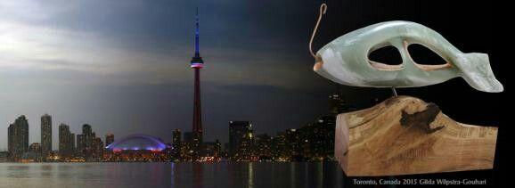 Skyline Toronto: Het beeld Fish is gemaakt van Groen Iraans speksteen en is beslagen met koper en staat op een houten sokkel.