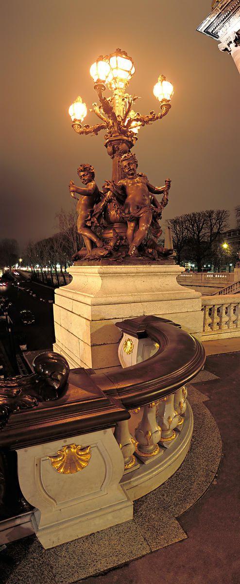 Photothèque Arnaud Frich | Lampadaire du Pont Alexandre III de nuit, Paris