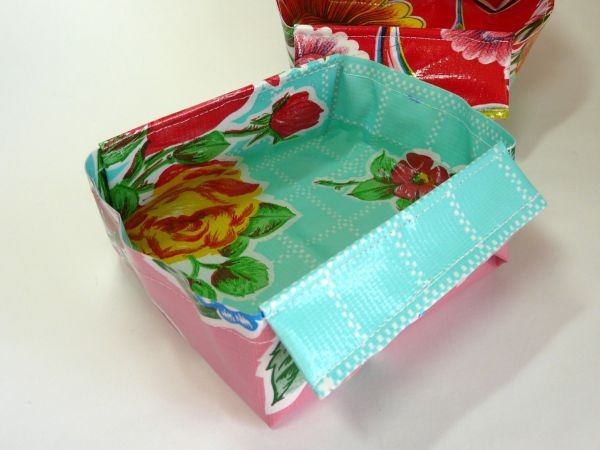 Using oilcloth and simple origami you can craft a set of collapsible bowls to hold food or water.Tuck into your pocket or bag when you travel or set out on a long walk!: Collap Bowls, Water Bowls, Dogs Dishes, Collap Dogs, Oil Clothing, Dogs Bowls, Collap Travel, Pet Dishes, Collap Pet