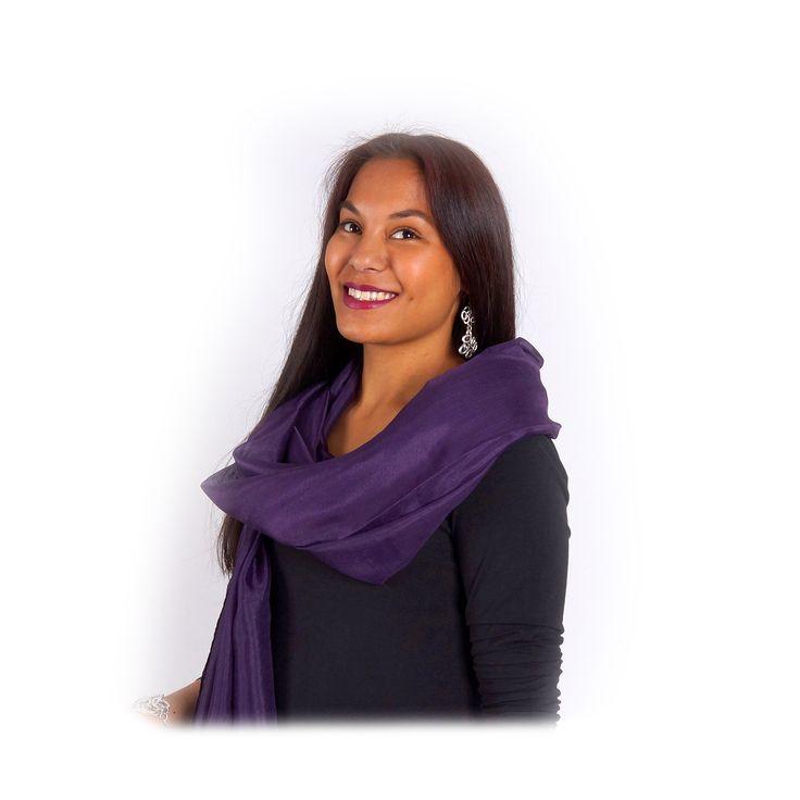 Warme satijnen paarse sjaal/omslagdoek voor de komende feestdagen, geef dit eens cadeau aan je vriendin!