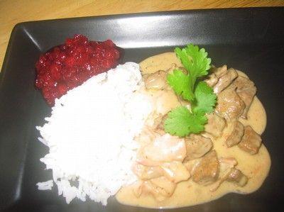 Recept som innehåller grädde, lingonsylt, smör, bacon, vatten, ris, mjölk, mjöl, lök