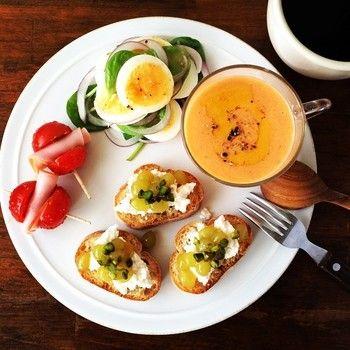 トマトは朝食に良いんですよ。 左側のプチトマトはちょっとの工夫でとても美味しそうですし、  右側にあるのもトマトのスープだそうです。 朝から美味しく栄養補給。