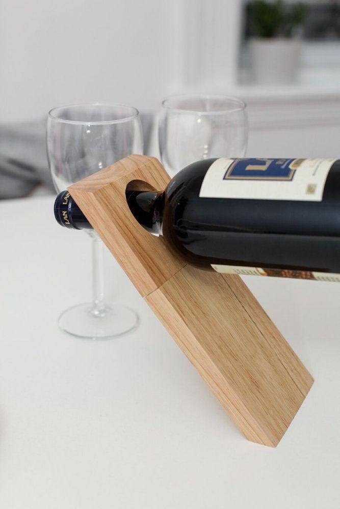 Zdá se to jako nemožné, ale díky fyzikálním zákonům je to realita. Jednoduchý stojan na víno je vytvořený přesně tak, aby váhou láhve s vínem držel bez jakékoliv jiné podpory. A navíc v sobě skrývá i vývrtku!