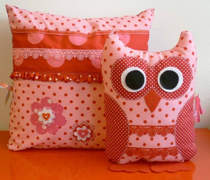 Roze kussen met bijpassende uil. http://binnen-pret.nl/kussens/