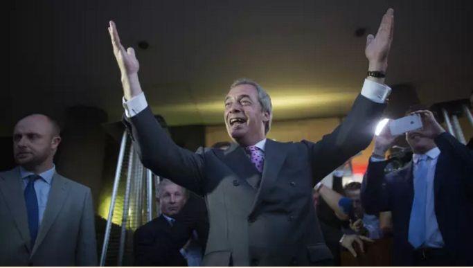 Ο Νάιτζελ Φάρατζ, αρχηγός του Κόμματος Ανεξαρτησίας του Ηνωμένου Βασιλείου, πανηγυρίζει τη νίκη μετά την ψήφο της 23ης Ιουνίου για την έξοδο από την ΕΕ.