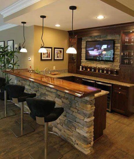 A los dueños de esta casa les gusta recibir a sus amigos como se merecen, así que decidieron hacer una barra de bar a la que no le falta detalle.