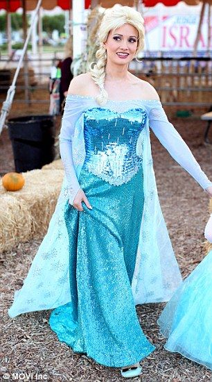 Of course Holly looks gorgeous as Queen Elsa!