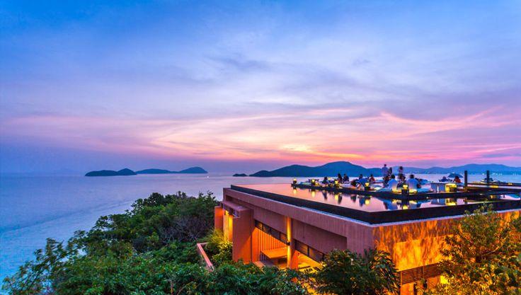 Il Baba Nest Hotel di Phuket è uno dei più lussuosi della città e ha una particolarissima piscina sopraelevata con un deck galleggiante da cui ammirare il panorama. Al tramonto ti offre una vista unica al mondo sul sunset tropicale