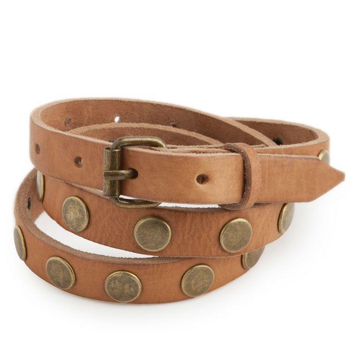Cinturón confeccionado en piel de vacuno con detalles de tachuelas doradas.
