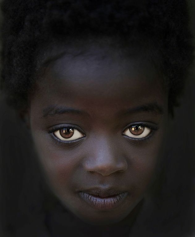 Africa |  'The girl with Big Eyes'.  Karo Tribe, Omo Valley | © Steve Wallace @ Princesas tem olhos cheios de esperança de um futuro melhor...