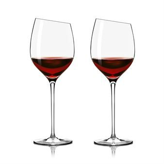 The red wine bordeaux glass is shaped so that anyone can enjoy a cabernet sauvignon, merlot or another medium-strong wine. Eva Solo also has designed glasses for champagne and dessert that makes a perfect set together with this bordeaux-glass.