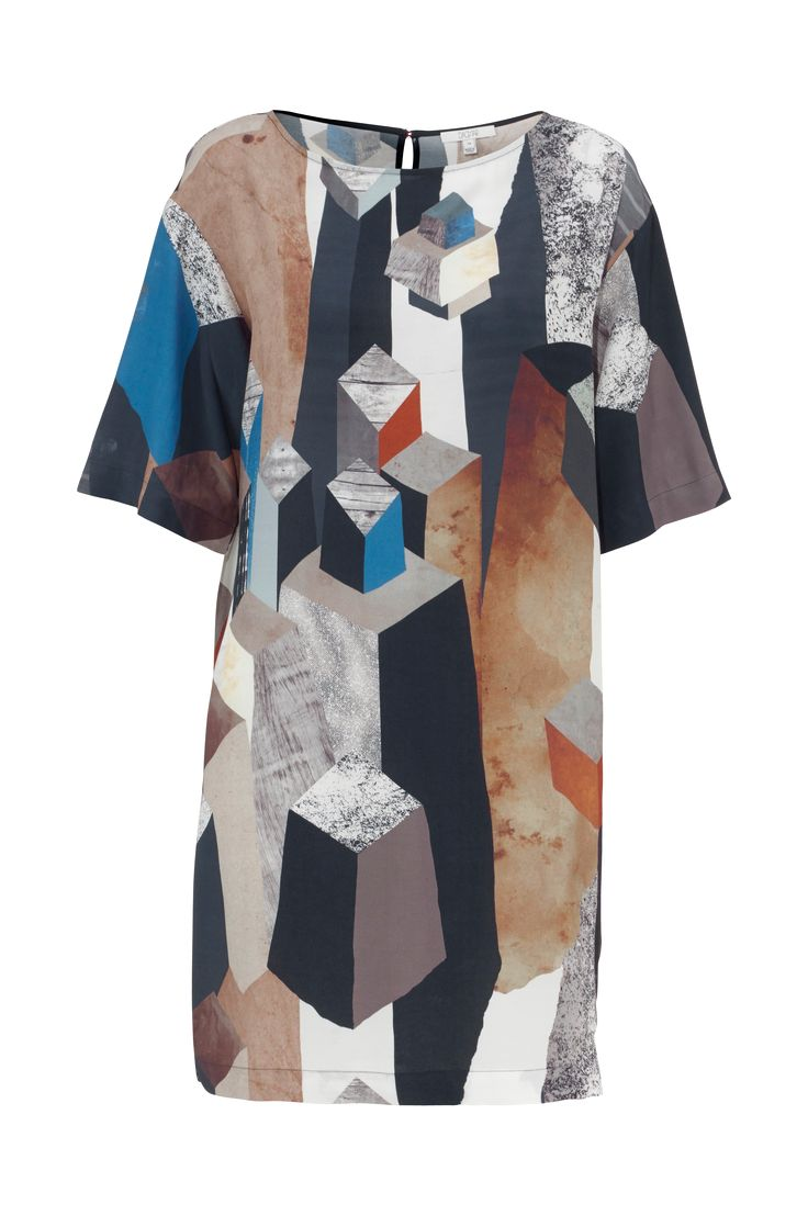 Kjole Finela fra Dagmar er helt lige i modellen og med 3/4-langt ærme. Kjolen er i vævet stof med printet mønster i afdæmpede, fine farver all over. Slids i nakken med lille messingknap. Længde ca. 93 cm i str. 38.