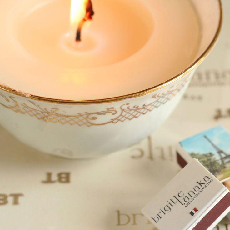 La tasse bougie est une idée originale de Brigitte Tanaka réalisée en collaboration avec l'atelier français Secret d'Apothicaire.  Pour créer ces bougies aussi belles qu'originales, de véritables tasses anciennes en porcelaine ont été chinées par Brigitte Tanaka aux 4 coins de la France.
