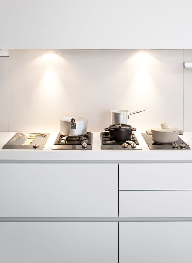 Sistema 0X — Cooking area with four different elements, for all cooking needs: Teppan Yaki, gas Wok burner, standard two gas burners with cast iron grill and induction two zone plate.
