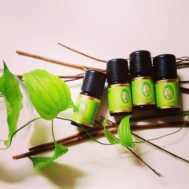 両手で抱えきれないくらいの花束に顔を近づけて、ゆっくり深呼吸するような、豊潤な香り。香りなのに「美しい」という言葉が似合うブレンド。  ラベンダー カモミール ローズ ゼラニウム  #アロマ #アロマテラピー #aroma #aromatherapy #GemLight #自由が丘 Read more at http://websta.me/n/c_chiyo#fcYW1DqRSzw16IFP.99