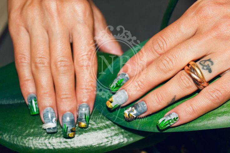These nails have a special painting. Swans are the main element.