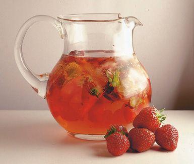 Jordgubbsbål är en svalkande sommardryck som passar bäst när värmen ligger på. Skiva jordgubbar och täck med färskpressad citron- och apelsinsaft. Fyll på med fruktsoda och rikligt med is och servera.