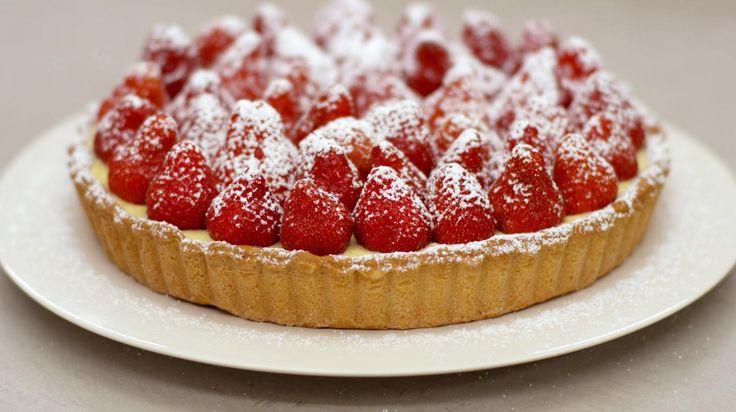 Wie houdt van bakken mag het tijdens het aardbeienseizoen niet nalaten om een verse aardbeientaart te bakken. Jeroen vult een bodem van krokant kruimeldeeg met rijkelijke crème Suisse en de taart wordt afgewerkt met een flinke portie glanzende rode vruchten. Het kruimeldeeg smaakt eens zo lekker als je het zelf bereid hebt, maar wie te weinig geduld heeft kan in de supermarkt een vel kant-en-klaar deeg oppikken.