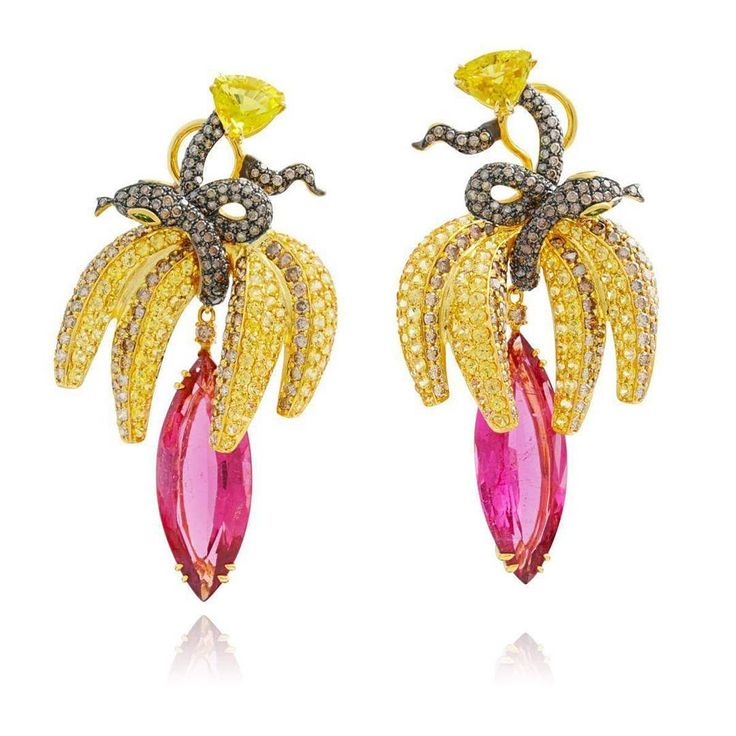 "Pendientes ""Fruits of my passion"" de la firma Lydia Courteille, pertenecientes a la colección ""Capsule"". Están realizados en oro amarillo con un engaste de turmalinas, zafiros amarillos y diamantes marrones. #LydiaCourteille #pendientes #earrings #oro #gold #titanio #verde #green #emerald #esmeralda #diamond #diamonds #diamante #diamantes #ruby #rubi #sapphire #zafiro #cute #love #fashion"