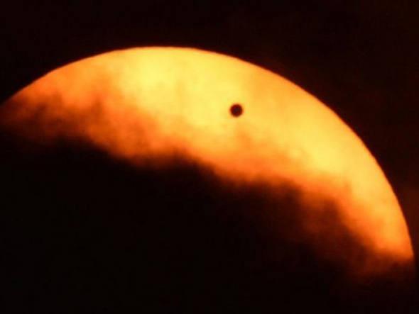 O planeta Vênus, visto de Nova York, faz sua passagem pelo sol