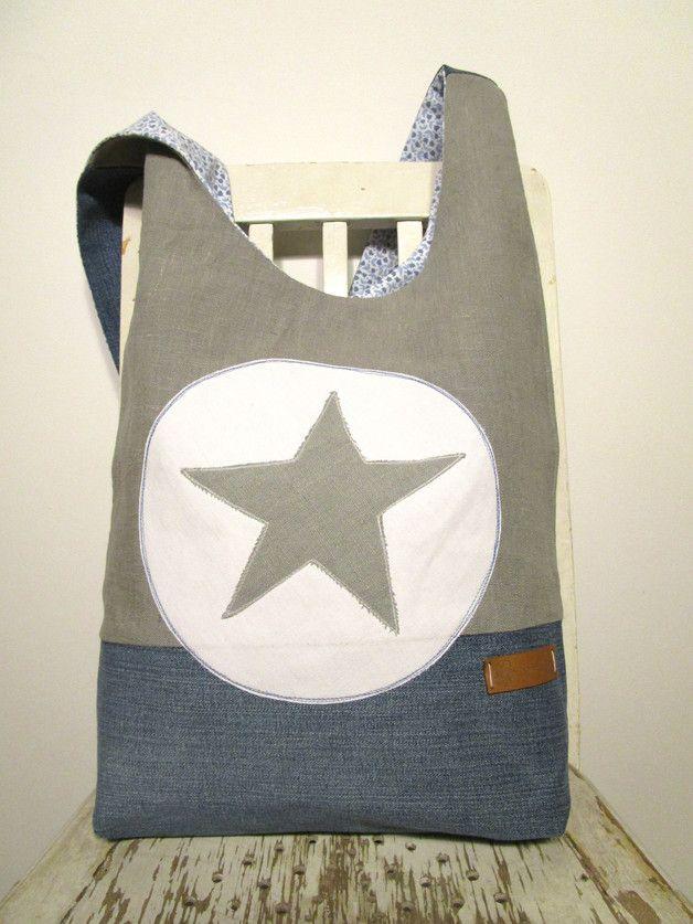 Ich war einmal..... eine Jeans!  Große, lässige Schultertasche aus einer ehemaligen Jeans, grauem Leinen und einem Streublümchen-Innenstoff in blau-weiß. Sowohl der Stern aus Leinen als auch der...