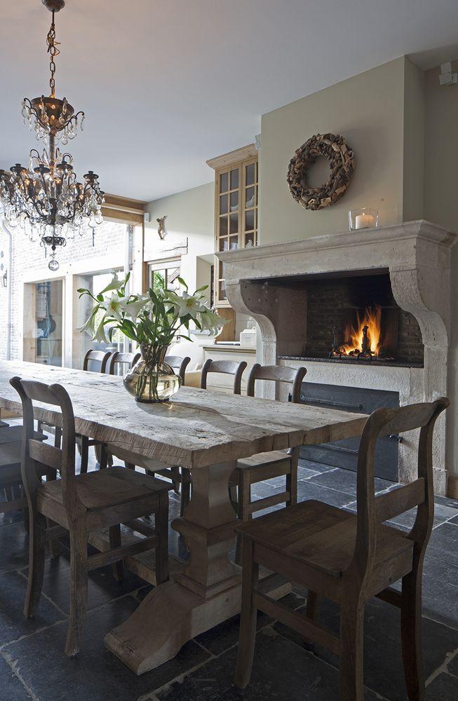 Kitchen/dining table, stone fireplace Als we toch ooit veel geld hebben....!!