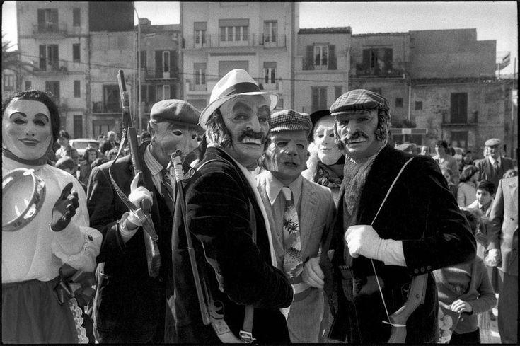 Antimafia: Letizia Battaglia et Franco Zecchin ~ Corleone 1985. Carnival. © Franco Zecchin