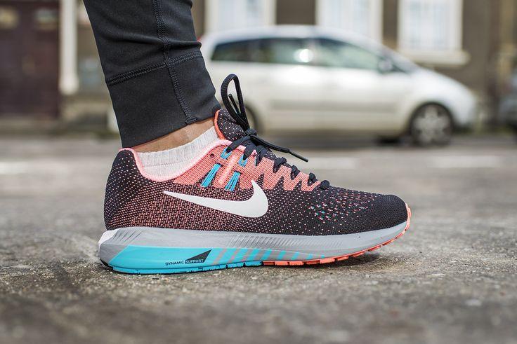 #Nike Air #Zoom #Structure 20 to but treningowy zaprojektowany z myślą o biegaczkach ceniących wysoki poziom amortyzacji oraz potrzebujących wsparcia. Sprawdzi się zarówno do treningów, jak i rekreacyjnych startów na dłuższych dystansach. Polecany do biegania na utwardzonych nawierzchniach miejskich oraz leśnych utwardzonych ścieżkach. Polecany biegającym z pięty.