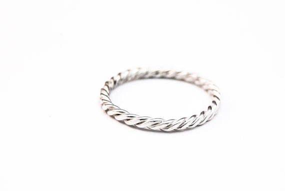 Een stapelring gemaakt van om elkaar gedraaid Sterling zilverdraad. De ring is 2mm breed  Verkrijgbaar in de maten 3 t.m. 14, geoxideerd of helder zilver. - Handgemaakt - Sterling Zilver - Maat 3 t.m. 14 - Geoxideerd of helder zilver