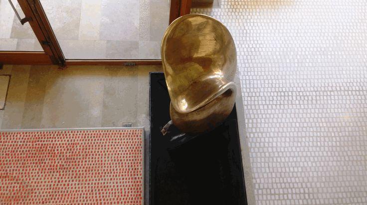 Nudo al sole scultura di Viani e le tessere mosaico del pavimento nel negozio Olivetti disegnato da Carlo Scarpa, ma c'è di più bit.ly/olivettivenezia