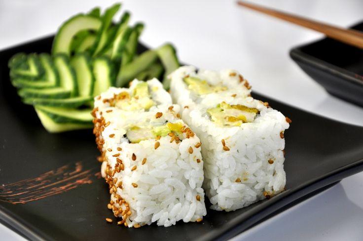 Het was weer eens tijd voor een lekkere sushi voor de vleesliefhebbers; Crunchy Chicken sushi. Heerlijke sushi met krokante kip en avocado!