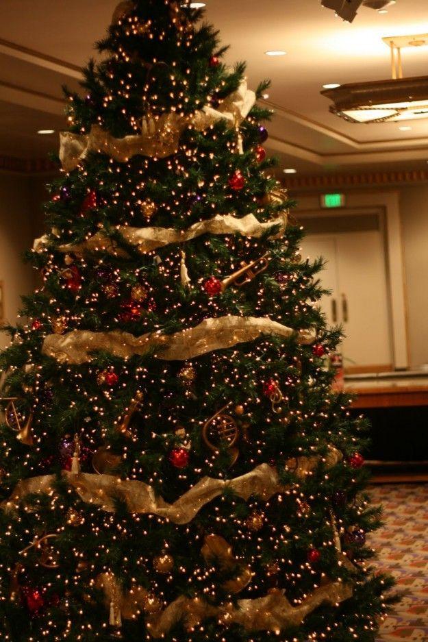 Albero di Natale con addobbi rosso e oro