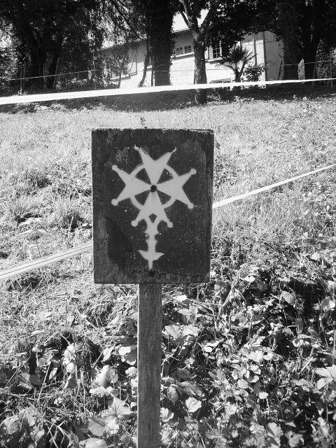 """3- La croix huguenote, le long du sentier huguenot, commune de Beaussais, Deux-Sèvres.- § RENE II MARILLAC: l'occurrence, vu le piteux état de ses concitoyens les plus pauvres. L'intendant de Marillac lui accorda semble-t-il ce """"soulagement"""". Les relations entre le chevalier de Méré et de Marillac se poursuivent par échange de courriers mais aussi par des rencontres."""