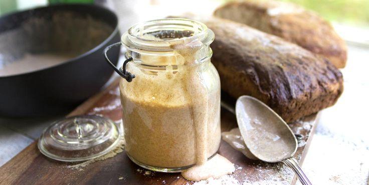 Recept på surdeg som kan användas för att baka härliga surdegsbröd. Surdegsgrunden tar några dagar på sig att utvecklas och tar dina bröd till nya höjder!