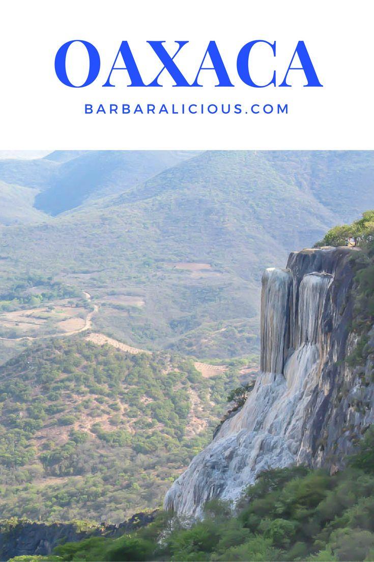 Oaxaca darf bei deinem Trip in den Süden Mexikos auf keinen Fall fehlen. Von San Cristóbal oder Palenque bist du schnell mit dem Nachtbus dort. Mein Hauptgrund, überhaupt nach Oaxaca zu fahren, war wie gesagt Hierve el Agua, eine Felsformation etwa 70 Kilometer östlich von Oaxaca, die aus zwei Klippen besteht, die wie Wasserfälle aussehen.