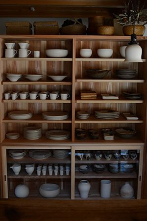 食器棚前 - Otani Pottery Studio