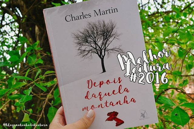 """Bom dia, amores..▫Hoje, o último livro divulgado no retrospectiva de 2016, é """"Depois daquela montanha"""" de Charles Martin, lançado pela @editoraarqueiro.▫Já falei sobre este romance outras vezes, fiz sua resenha, elogiei, tentei expressar com palavras o meu fascínio por está incrível história. Tentei.▫Charles conseguiu me surpreender neste ano de uma forma que nenhum outro autor(a) foi capaz.▫""""Depois daquela montanha"""", simplesmente foi a melhor leitura do ano. Esse merece ganhar um troféu de…"""
