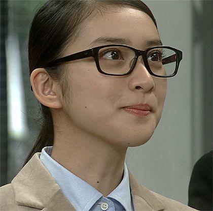 黒ぶちメガネをかける武井咲