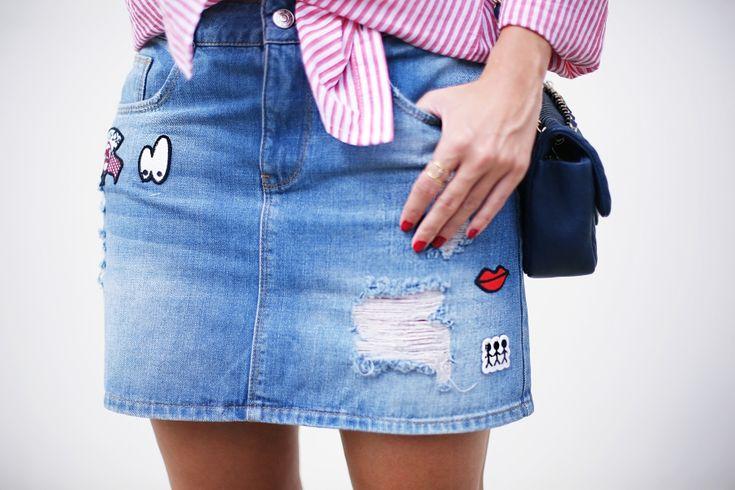 Casual Look. Look con falda vaquera y camisa de rayas. A trendy life. #casual #moda #fashion #summerlook #denim #denimskirt #strippedshirt #heels #chanelbag #sunglasses #details #pimkie #chanel #zalando #outfit #fashionblogger #atrendylife www.atrendylifestyle.com