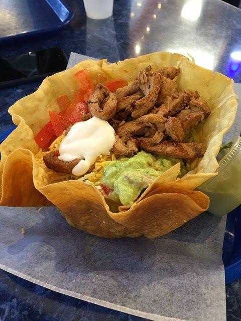 Recette de salade composée au poulet, cheddar et tomates fraiche ou sèche (selon saison) haricots et oignons rouges, sauce césar, saladier de tacos ou chips de tortilla.