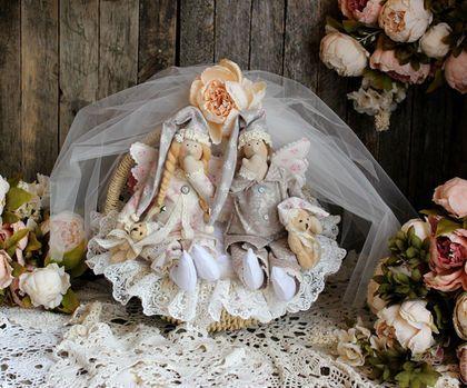 Купить или заказать Ангелы в моей колыбели интерьерные куклы сонные ангелы комплект в интернет-магазине на Ярмарке Мастеров. Чтобы лучше рассмотреть фото, кликните по нему 1 раз мышкой и оно откроется в увеличенном размере и лучшем качестве. Комплект состоит из плетеной колыбели с балдахином, перинки с кружевным шитьем, 2 подушек, 2 сонных ангелов. Комплект отлично смотрится в интерьере детской или спальни, станет изюминкой вашего уютного дома! Для настоящего принца и принцессы))) Хотите…