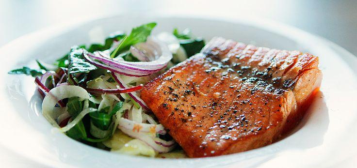 Laks med rødløk- og fennikelsalat #salmon #fish #fisk #easy #seafood #sjoemat #fennel #red_onion #salad #healthy #sunn